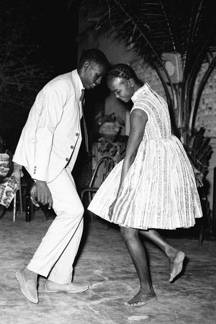 nuit-de-noel-happy-club-1963-c-malick-sidibe-courtesy-galerie-magnin-a-paris